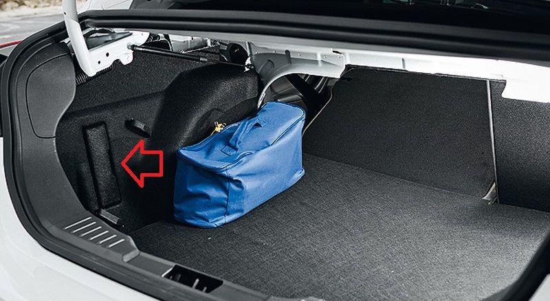 Блок предохраниетелей в багажнике указана стрелкой