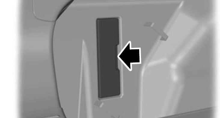 Блок предохраниетелей багажника закрыт люком
