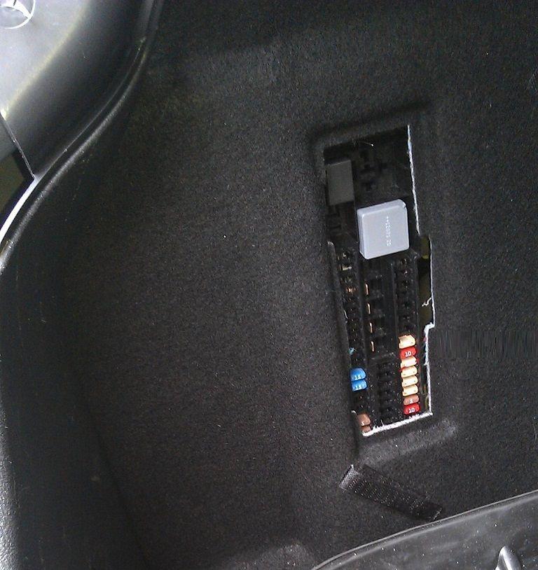 Блок предохраниетелей багажника с открытым люком