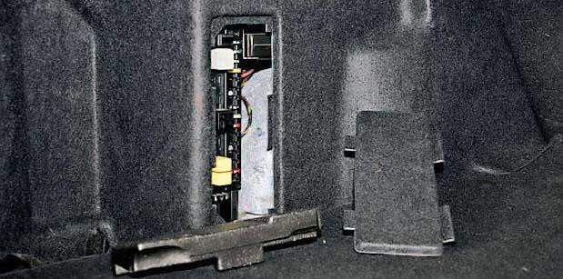 Расположение блока предохранителей W203 в багажнике